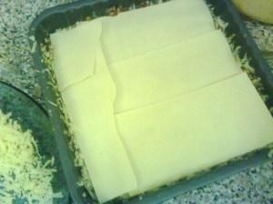 Ulang balik dengan mi lasagna di atas mozarella